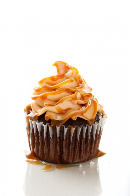 chocolate-cupcakes-salted-caramel-frosting-426x640